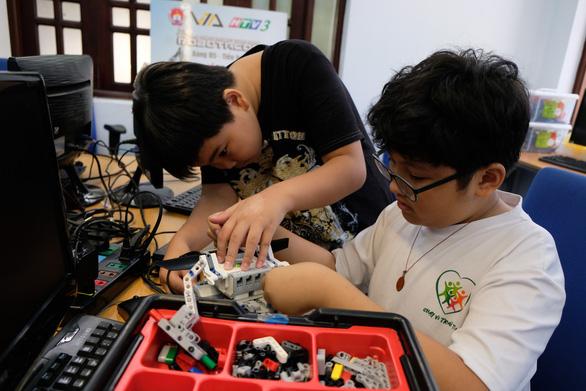 Khi trẻ lắp ráp, lập trình robot - Ảnh 4.