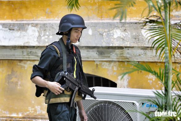 An ninh dày đặc trong buổi tuyên án nhóm khủng bố sân bay Tân Sơn Nhất - Ảnh 1.