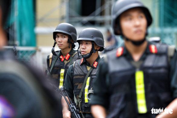 An ninh dày đặc trong buổi tuyên án nhóm khủng bố sân bay Tân Sơn Nhất - Ảnh 2.