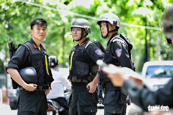 An ninh dày đặc trong buổi tuyên án nhóm khủng bố sân bay Tân Sơn Nhất - Ảnh 4.