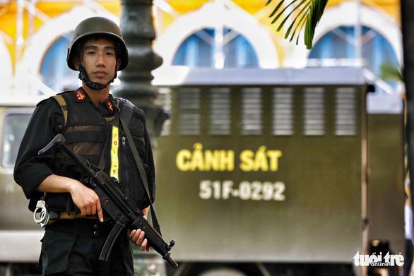 An ninh dày đặc trong buổi tuyên án nhóm khủng bố sân bay Tân Sơn Nhất - Ảnh 6.