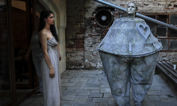 Giật mình với lễ hội tượng sống' quốc tế ở Romania - Ảnh 7.