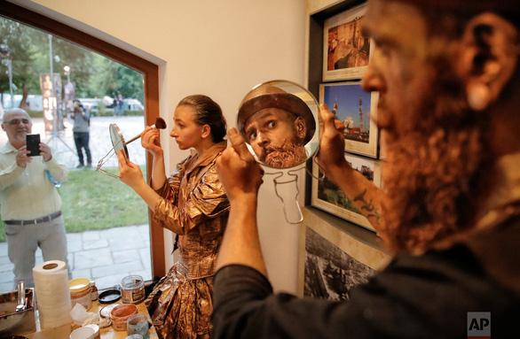 Giật mình với lễ hội tượng sống' quốc tế ở Romania - Ảnh 20.