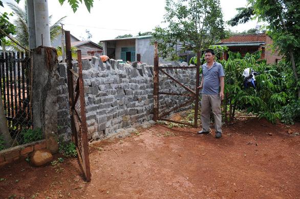 Bị xây tường chắn lối đi vì không đóng tiền làm đường - Ảnh 2.