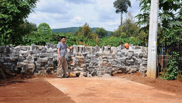 Bị xây tường chắn lối đi vì không đóng tiền làm đường - Ảnh 1.