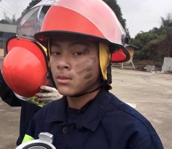 Anh lính cứu hỏa tập sự gánh rau giúp hai cụ già - Ảnh 3.