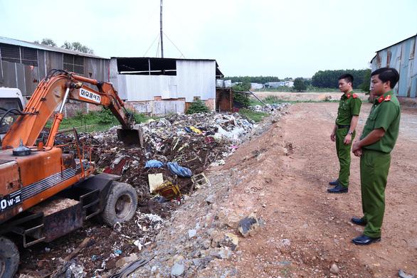 Bắt quả tang cơ sở chôn trộm 80 tấn rác thải công nghiệp - Ảnh 2.
