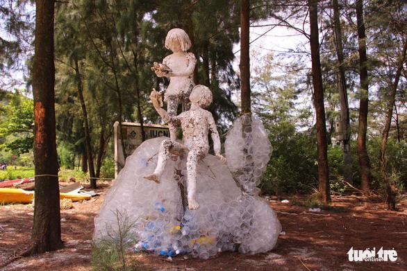 Sáng tạo nghệ thuật từ rác thải nhựa - Ảnh 1.