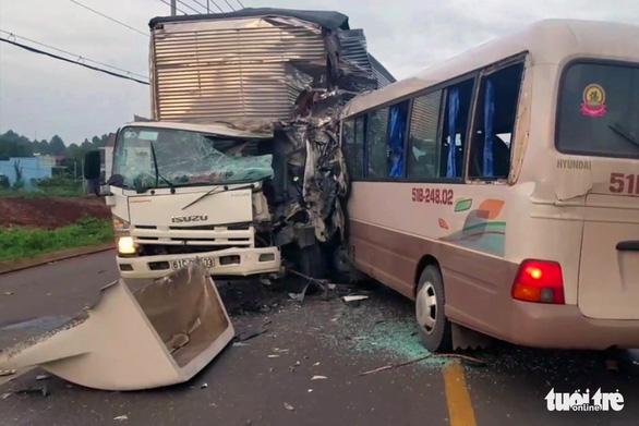 Xe khách đối đầu xe tải rạng sáng, 18 người nhập viện cấp cứu - Ảnh 1.