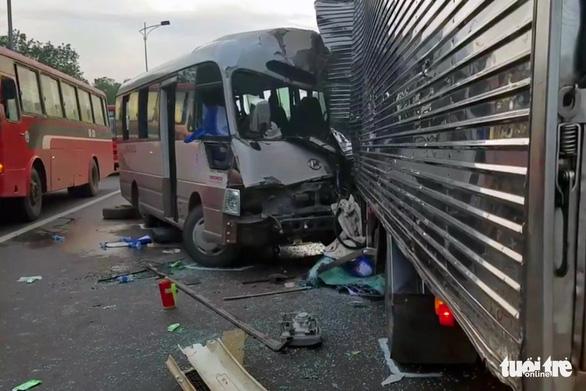 Xe khách đối đầu xe tải rạng sáng, 18 người nhập viện cấp cứu - Ảnh 3.
