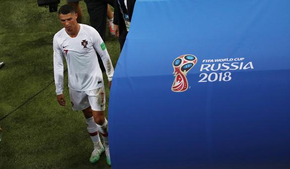 Thế giới xẻ nửa trong ngày Messi gọi Ronaldo về nước - Ảnh 5.