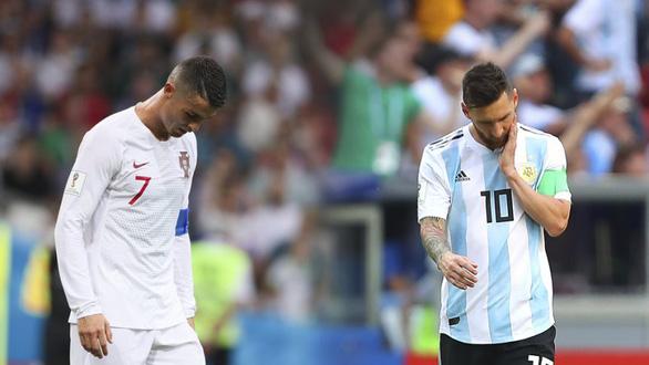 Thế giới xẻ nửa trong ngày Messi gọi Ronaldo về nước - Ảnh 2.
