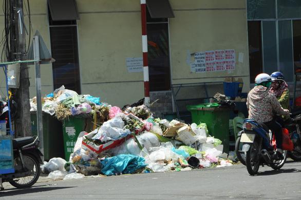 Hỏa tốc xử lý cả nghìn tấn rác ùn ứ ở TP Quảng Ngãi - Ảnh 4.