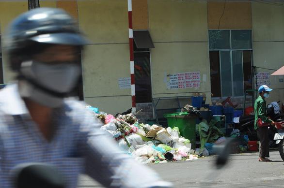 Hỏa tốc xử lý cả nghìn tấn rác ùn ứ ở TP Quảng Ngãi - Ảnh 1.