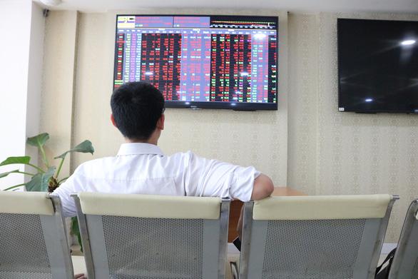 Sếp của Điện lực Dầu Khí Nhơn Trạch 2 rủ nhau bán cổ phiếu - Ảnh 1.