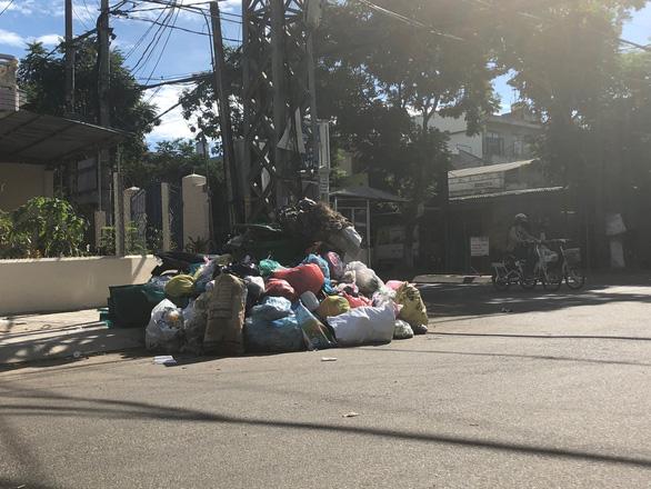 Hỏa tốc xử lý cả nghìn tấn rác ùn ứ ở TP Quảng Ngãi - Ảnh 2.