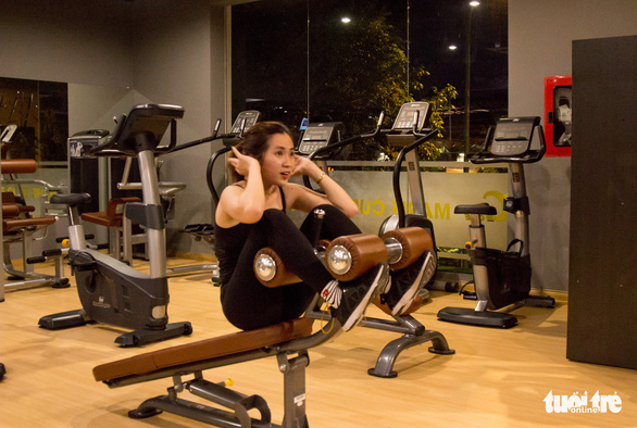 Xả stress, giới trẻ TP.HCM đi tập gym đêm - Ảnh 1.