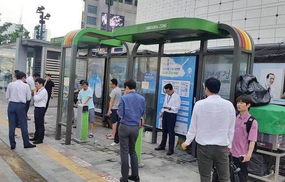 Vùng cách ly người hút thuốc trên vỉa hè Seoul - Ảnh 3.