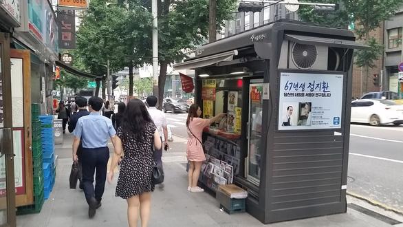 Vùng cách ly người hút thuốc trên vỉa hè Seoul - Ảnh 1.