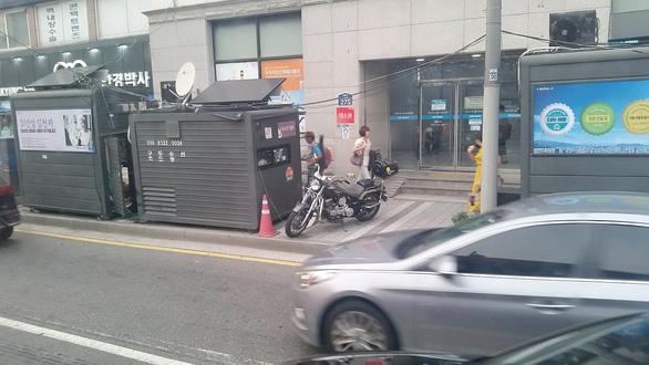 Vùng cách ly người hút thuốc trên vỉa hè Seoul - Ảnh 2.