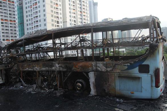 Xe khách và xe container bốc cháy sau va chạm, một người chết - Ảnh 3.
