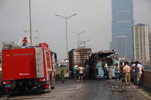 Xe khách và xe container bốc cháy sau va chạm, một người chết - Ảnh 2.