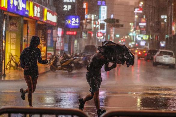 Đài Loan khẩn trương sơ tán dân ứng phó bão Maria - Ảnh 1.