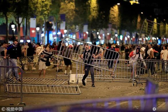 Pháp thắng Bỉ: Kinh đô ánh sáng rực rỡ vì những chú gà trống Gô-loa - Ảnh 4.