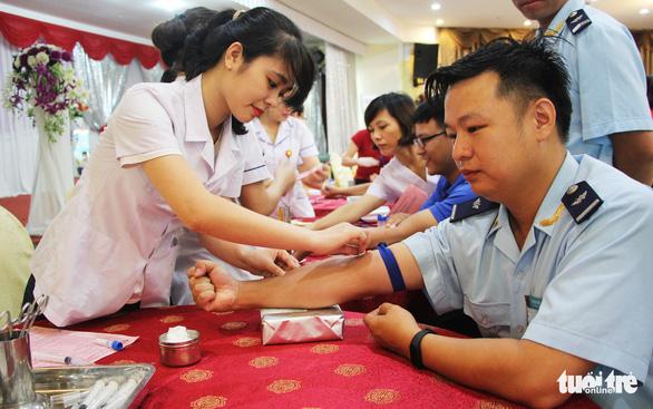Gần 2.000 bạn trẻ xứ Nghệ đội mưa đi hiến máu - Ảnh 1.