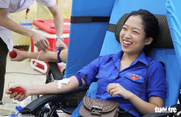 Gần 2.000 bạn trẻ xứ Nghệ đội mưa đi hiến máu - Ảnh 2.