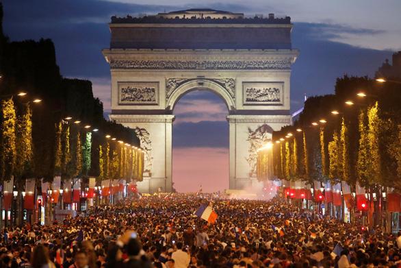 Pháp thắng Bỉ: Kinh đô ánh sáng rực rỡ vì những chú gà trống Gô-loa - Ảnh 1.