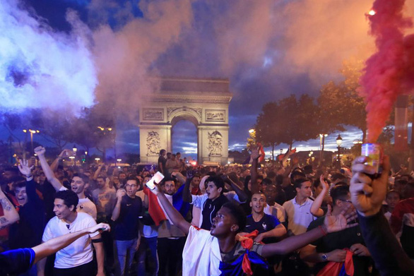 Pháp thắng Bỉ: Kinh đô ánh sáng rực rỡ vì những chú gà trống Gô-loa - Ảnh 3.
