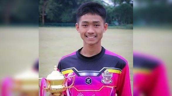 Cậu bé duy nhất trong đội bóng Thái nói chuyện được với thợ lặn nước ngoài - Ảnh 1.