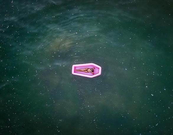 Quên thiên nga, kỳ lân đi, phao bơi quan tài mới là sành điệu - Ảnh 5.