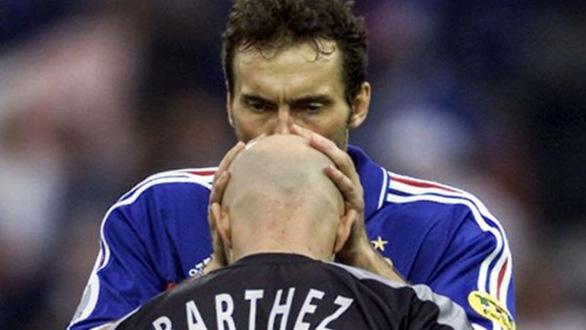 Điềm may của tuyển Pháp: Vân vê hàm ria của hậu vệ - Ảnh 3.