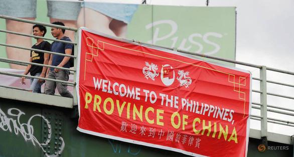 Dân Philippines giận đùng đùng vì các băngrôn Philippines là tỉnh của Trung Quốc - Ảnh 1.