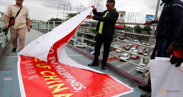 Dân Philippines giận đùng đùng vì các băngrôn Philippines là tỉnh của Trung Quốc - Ảnh 2.