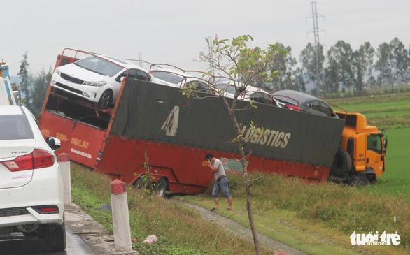 Ôtô đâm dải phân cách, chánh văn phòng UBND huyện tử vong - Ảnh 2.