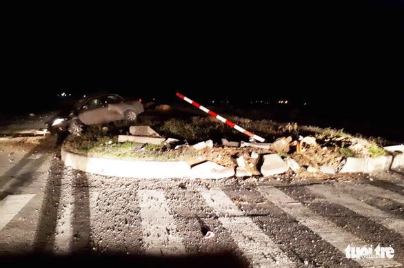 Ôtô đâm dải phân cách, chánh văn phòng UBND huyện tử vong - Ảnh 1.