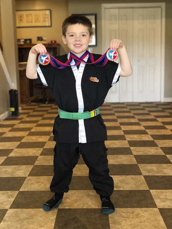 Cậu bé 6 tuổi lập doanh nghiệp bán kem đá bào - Ảnh 11.