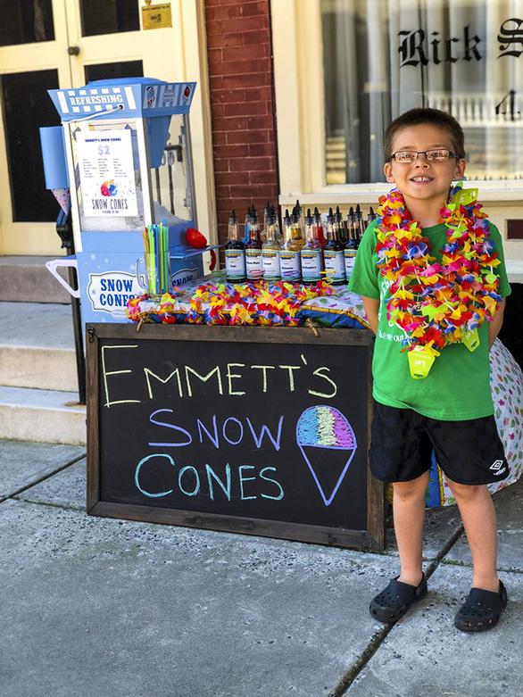 Cậu bé 6 tuổi lập doanh nghiệp bán kem đá bào - Ảnh 12.
