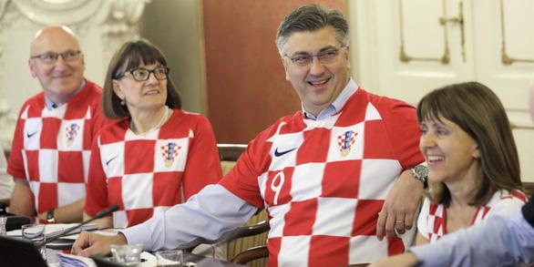 Các bộ trưởng Croatia kéo cả hội mặc áo tuyển Croatia đi họp - Ảnh 1.