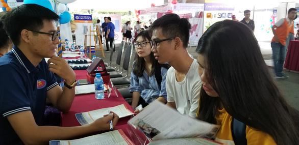 Ngày hội tư vấn xét tuyển đại học, cao đẳng tại TP.HCM - Ảnh 8.