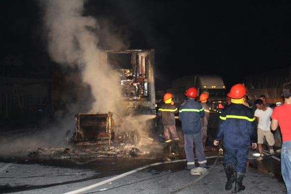 Xe container cháy dữ dội trên quốc lộ 1 trong đêm - Ảnh 2.