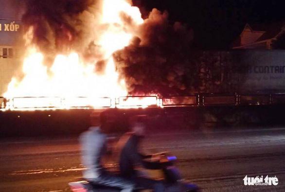 Xe container cháy dữ dội trên quốc lộ 1 trong đêm - Ảnh 1.