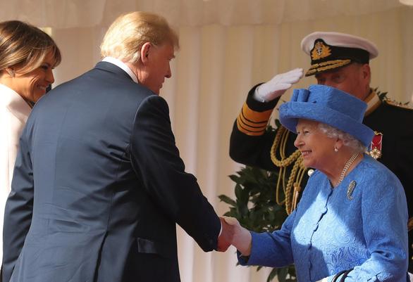 London thở phào sau cuộc tiếp đón ông Trump của Nữ hoàng Anh - Ảnh 1.