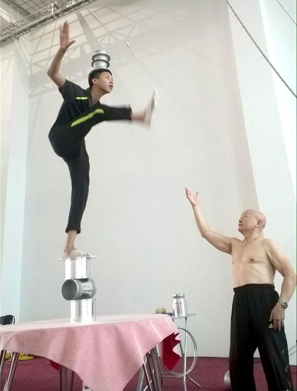 Nghệ sĩ xiếc Lê Văn Thể tuổi 78 vẫn làm việc để thỏa cơn nghiện xiếc - Ảnh 1.