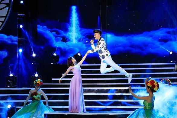 """Nam Cường """"bay giữa ngân hà"""" trong liveshow 10 năm ca hát - Ảnh 3."""