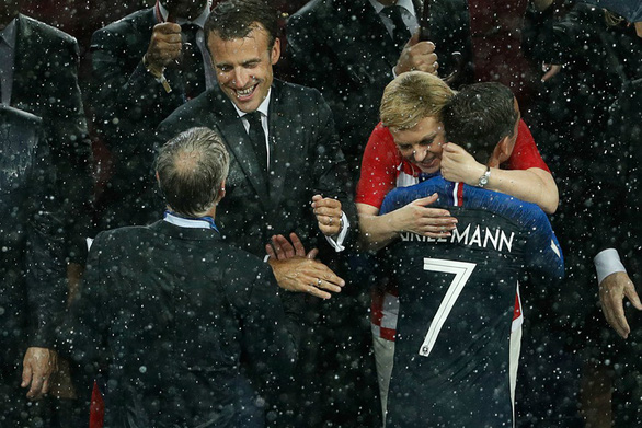 16-7: Bức ảnh Tổng thống Croatia lau nước mắt cho Modric gây xúc động mạnh - Ảnh 14.