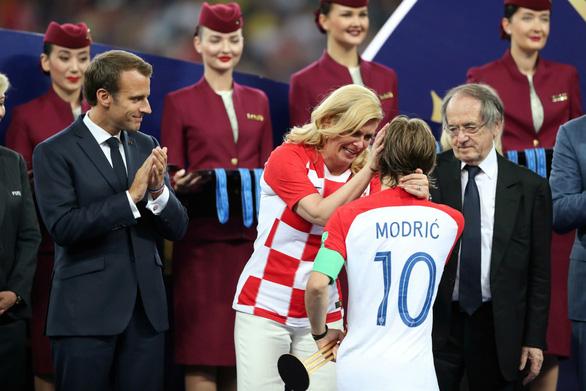16-7: Bức ảnh Tổng thống Croatia lau nước mắt cho Modric gây xúc động mạnh - Ảnh 13.